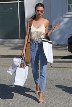 Le mix jean mom + top en soie d'Emily Ratajkowski