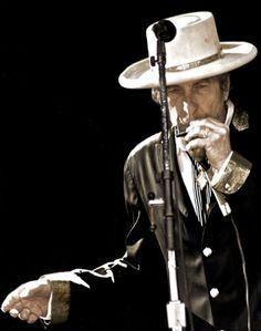 Bob Dylan en concierto - 2008 ~ ~ A musician, poet, and activist for the every man woman child~ Bd Cool, Bob Music, Bob Dylan Live, Blowin' In The Wind, Joan Baez, Joe Cocker, Music Magazines, Janis Joplin, Eric Clapton