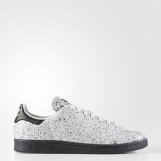 The Stan Smith debuted as a pro-level tennis sneaker in the '70s. It wasn't long before its crisp, clean aesthetic made it a crossover favourite off the court. This version of the timeless shoes feature a subtle allover speckled effect on the leather upper.