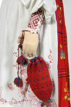 http://www.muis.ee/museaalview/782165. Eesti muuseumide veebivärav - Kirbla naise rahvarõivad ERM-i püsinäitusel. ERM Fk 2887:279, detailivaade see...