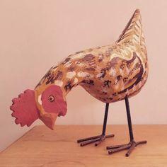 galinha amarela de madeira artesanato mineiro