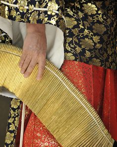 Binzasara (編木 or 板ざさら) is a traditional Japanese percussion instrument used in folk songs, rural dances and kabuki theater. The instrument uses many pieces of wooden plates strung together with a cotton cord. With handles at both ends, the stack of wooden plates are played by moving them like a wave.