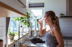 Suco verde para emagrecer rápido com frutas e vegetais oferecem uma longa lista incrível de benefícios para a saúde devido ao seu incrível conteúdo de fitonutrientes.Muitas receitas de suco verde para emagrecer rápido ajudam a melhorar doenças específicas para a saúde, como o suco para dores nas articulações, um para diabetes tipo 2 e outro que não agride a tireóide! Quando se trata de perda de peso, esta é uma mistura que certamente apóia seus objetivos de perder alguns quilos a mais.Esta recei Sugar Free Diet Plan, Magnesium Citrate, What Can I Eat, Reduce Bloating, Lose Weight, Weight Loss, Water Fasting, Foods To Avoid, Hypothyroidism