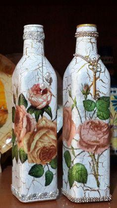 Hecho por Mari Passera....servilletas , acrilicos y craquelado con dorado... Recycled Glass Bottles, Glass Bottle Crafts, Wine Bottle Art, Painted Wine Bottles, Diy Bottle, Vintage Bottles, Bottles And Jars, Jute Crafts, Diy And Crafts