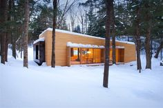 Article source: Architecture Mostly dedicated to the enjoyment of Quebec's winter, La Luge is a secondary home lying in the midst of the forest. Nestled on its site, surrounded by dense vegetation preserving the house's privacy, La Luge . Contemporary Cottage, Modern Cottage, Modern Country, Cabin Design, Modern House Design, Modern Exterior, Exterior Design, Small House Swoon, Tiny House