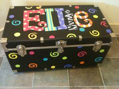 Tronc peint à la main par thatssonif sur Etsy, € - Books Worth Reading - De Pinz Painted Trunk, Hand Painted Furniture, Pine Cove Camp, Camp Trunks, Cooler Painting, Toy Boxes, Happy Campers, Girl Scouts, Toy Chest
