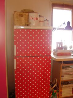 polka dot fridge, I love this, and of course it's red Red Kitchen, Vintage Kitchen, Kitchen Retro, Kitchen Items, Red Dots, Polka Dots, Fridge Makeover, I See Red, Red Cottage