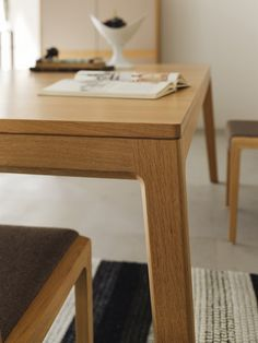 The mylon table by TEAM 7 is awarded with the Design Award Wooden Dining Table Designs, Furniture Dining Table, Wooden Dining Tables, Teak Furniture, Furniture Projects, Furniture Design, Daining Table, Table Legs, Esstisch Design