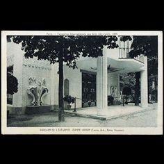 Carte postale ancienne représentant le Pavillon de l'Elégance à l'Exposition internationales des Arts Décoratifs et Industriels qui se tient à Paris en 1925. Jeanne Lanvin est la présidente de la classe des couturiers qui expose les modèles dans ce pavillon dessinés par Fournez et aménagé par Armand Rateau, le fidèle décorateur de la couturière.