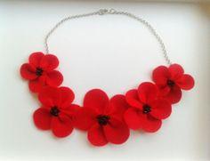 Collar de fieltro rojo  y perlitas negras