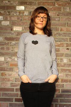 Shirt mit Herz-Applikation #schnittmuster #shirt #damen #longsleeve #herz #mode #fashion #nähen Raglan Shirts, Longsleeve, Turtle Neck, Couture, Sweaters, Fashion, La Mode, Clothing Accessories, Clothing
