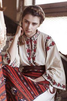 Alina Raducea is an international fashion photographer & film maker based in London, UK. Folk Fashion, Ethnic Fashion, Traditional Fashion, Traditional Dresses, Mode Russe, Costume Ethnique, Folk Clothing, Mode Boho, Folk Costume