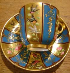 Existem peças de porcelana que quando pintadas tornam-se verdadeiras preciosidades! E para começar bem o dia com coisas lindas, estou coloca...