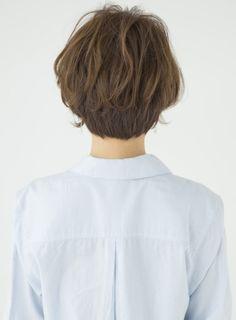 ナチュラルで柔らかなショートスタイルです。爽やかな雰囲気とリラックス感が今っぽい!前髪も長めで女性らしさUPです。