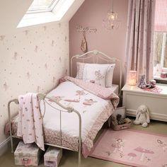 mädchen zimmer rosa weiß creme beige altrosa Bett mit weiß lackiertem Bettrahmen, Tapete und Bettwäsche mit Feen Motiven