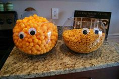 Next year Im having a Halloween party! Add googly eyes to the serving bowls for Halloween party. Bonbon Halloween, Soirée Halloween, Holidays Halloween, Halloween With Kids, Male Halloween Costumes, Halloween Recipe, Halloween Makeup, Classroom Halloween Party, Halloween Food For Party