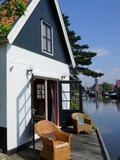 Dit vakantiehuis is idyllisch gelegen in het historisch centrum van Hindeloopen, op loopafstand van de pittoreske oude haven van Hindeloopen, de voormalige Zuiderzee, gezellige restaurantjes, leuke winkeltjes en musea. De vakantiewoning ligt aan de 11-stedenroute. Het is de perfecte locatie voor een dagje strand, heerlijk uitwaaien op de zeedijk in de frisse lucht, vissen vanaf het terras, fietsen door de Friese weilanden of met de sloep de Friese meren ontdekken. B & B, Bed And Breakfast, Holland, Tiny House, The Good Place, Shed, Places To Visit, Outdoor Structures, Vacation