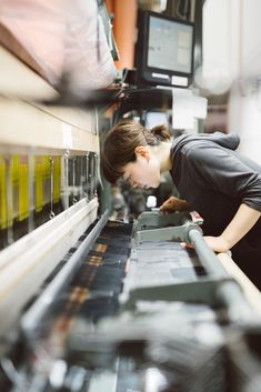 An apprentice at Hosoo creates decorative silk fabric using a three-dimensional weaving method that dates back to the company's founding in 1688. Body Gestures, Modern Crafts, New Wave, Silk Fabric, Hand Tools, Three Dimensional, Reebok, Dates, Weaving
