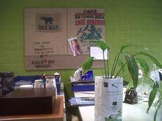 voor een origineel prikbord op kantoor... Een oud prikbord tover je zo om met een paar jute koffiezakken en spijkers!