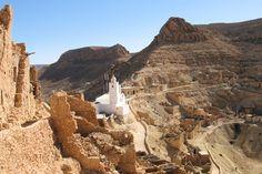 Chenini est un village troglodyte situé dans le sud de la Tunisie, près de la ville de Tataouine. Il est surplombé par un ksar impressionnan...