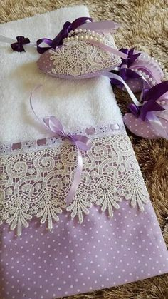 APRENDE HACER TOALLAS CON CROCHET MUY LINDAS PASO A PASO CURSO GRATIS DE CROCHET🖐🖐 Fabric Crafts, Sewing Crafts, Sewing Projects, Hand Towels, Tea Towels, Ribbon Embroidery, Embroidery Designs, Towel Crafts, Decorative Towels