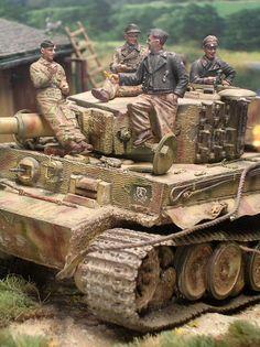 """Die vorderen Kettenschürzen sind schon im Laufe der Gefechte abhanden gekommen. Auf der Bugplatte rechts das Zeichen der 1. SS-Panzerdivision """"Lebstandarte"""""""