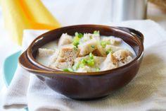 Als billiges Arme Leute Essen ist die Brotsuppe ein Begriff. Dabei schmeckt sie mit diesem Rezept ganz gut.