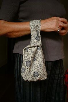 japanese knot bag tut http://www.marthastewart.com/264167/reversible-purse?video_id=0_kw=reversible%20purse%20video