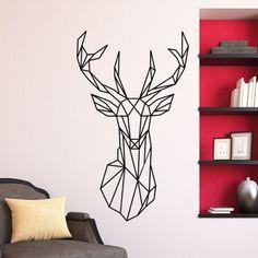 Rendez votre décoration dynamique et originale en toute simplicité avec notre Sticker tête de cerf géométrique.