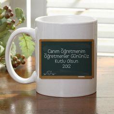 Üzerine öğretmeninize olan duygularınızı yazdırabileceğiniz Öğretmene Hediye Beyaz Kupa, öğretmenler günü hediyesi olarak verilebilecek en güzel hediyelerin başında geliyor. Kupa üzerindeki tahta da hediyenizin anlamını arttıracak :)  Ürün detayları için: http://www.hediyedenizi.com/hediye/ogretmene-hediye-beyaz-kupa/