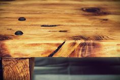 100 por 100 madera reciclada con acabado rústico, en mezcla de tintes y barnices.