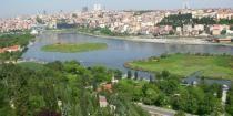 Colina de Pierre Loti es una famosa colina y está situada en el distrito de Eyup de Estambul, que tiene espectaculares vistas panorámicas de la zona del Cuerno de Oro. El nombre del cerro proviene de un conocido novelista francés y orientalista Julien Viaud. #ColinaPierreLoti #Estambul #QueVerEnEstambul #EstambulTours #EstambulExcursiones http://asetambul.com