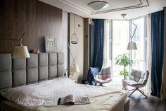 Темно-синие классические шторы и светлые гардины в современной спальне скандинавского стиля