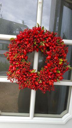 Hagebutten-Kranz * rosehip wreath * front door * autumn * - New Deko Sites Christmas Door, Christmas Wreaths, Christmas Crafts, Christmas Decorations, Xmas, Holiday Decor, Country Wreaths, Décor Boho, Front Door Decor