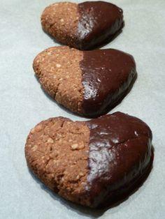 Biscuits d'amour  Wir haben für den Valentinstag ein feines Biscuit-Rezept kreiert. Mit Kakaobutter, Maca, einem zartbitteren Schokoladeüberzug und Liebe hergestellt...  Biscuits-Teig  Reicht für ca. 16-20 Biscuits  Folgende Zutaten in einer Schüssel über einem Heiss-Wasser-Bad verflüssigen:  2 EL Kokosöl  2 EL Kakaobutter     Dann die Schüssel vom Heiss-Wasser-Bad entfernen und die weiteren Zutaten hinzufügen und mischen:  ½ Tasse Mesquite-Pulver  1 Tasse Kokoschips, im Mixer fein gehackt… Superfoods, Maca Pulver, Cookies, Desserts, Chocolate, Cocoa Butter, Valentines Day, Dessert Ideas, Food Food