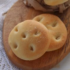 FOCACCINE SOFFICI - Focaccine soffici, ricetta facile per focaccine semplici e buonissime di Benedetta. Donut Recipes, Gourmet Recipes, Snack Recipes, Dessert Recipes, Cooking Recipes, Snacks, Fingers Food, Focaccia Pizza, Challah Bread Recipes