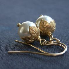 Flower bud pearl earrings, pearl Bridesmaid earrings leaf bead caps, hypoallergenic gold earrings white pearls ivory pearls, dainty earrings - Newest Jewelry Models Gold Earrings Designs, Dainty Earrings, Leaf Earrings, Silver Earrings, Stud Earrings, Gold Designs, Custom Earrings, Tassel Earrings, Pearl Jewelry