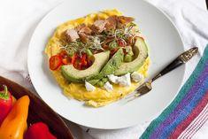 Para duas pessoas, junte 4 ovos grandes, 2 colheres de chá de manteiga, um pimento pequeno fatiado, 1/4 de abacate também às fatias, 1 colher de sopa de queijo de cabra, 3 a 4 colheres de sopa de salmão grelhado em lascas, um pouco de rebentos de vegetais (neste caso, ela usou rebentos de brócolos). Faça os ovos com a manteiga em omelete e depois coloque os outros ingredientes por cimaenhanced-1525-1431021518-1.jpg