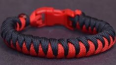 Learn how to make a Snake paracord (parachute cord) bracelet without Buckles. Simple video instraction about making snake paracord bracelet Diy Paracord Armband, Snake Knot Paracord, Paracord Braids, Paracord Bracelets, Survival Bracelets, How To Braid Paracord, 550 Paracord, Paracord Bracelet Designs, Knot Bracelets