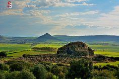 """Sardegna -Barumini Complesso archeologico di """"Su Nuraxi"""" , sullo sfondo i ruderi del castello di Las Plassas ,si trovano sopra una collina perfettamente conica"""
