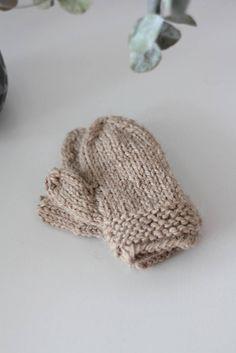 One-finger-gloves in beige for kiddos
