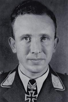 Major Horst Ademeit (1912-1944), Ritterkreuz 16.04.1943 als Leutnant und Flugzeugführer in der 1./Jagdgeschwader 54, Eichenlaub (414) 02.03.1944 als Hauptmann und Kommandeur I./Jagdgeschwader 54 ✠ 166 Luftsiege, ca. 600 Feindflüge. Am 7 August 1944 errang seinen 166 Luftsieg über Dünaburg; anschließend kehrte er jedoch nicht mehr zu seiner Einheit zurück und gilt seitdem als vermisst.