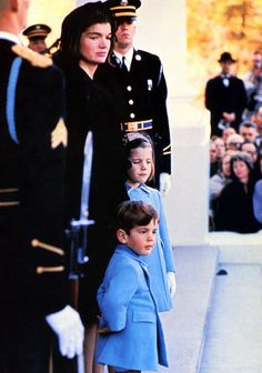 1963 Jackie Kennedy, daughter Caroline and son John Kennedy Jr. Estilo Jackie Kennedy, Les Kennedy, John Kennedy Jr, Caroline Kennedy, Jfk Jr, Jacqueline Kennedy Onassis, Carolyn Bessette Kennedy, Jaqueline Kennedy, Life Magazine