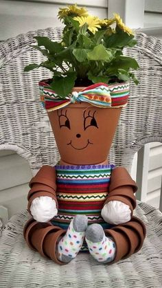 Idea Of Making Plant Pots At Home // Flower Pots From Cement Marbles // Home Decoration Ideas – Top Soop Flower Pot Art, Flower Pot Design, Clay Flower Pots, Flower Pot Crafts, Clay Pot Projects, Clay Pot Crafts, Diy Clay, Diy And Crafts, Flower Pot People
