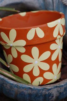 happy paint pots - love the flowers Clay Pot Projects, Clay Pot Crafts, Diy Clay, Painted Clay Pots, Painted Flower Pots, Paint Garden Pots, Flower Pot Crafts, Diy Flower, Indoor Crafts