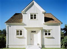Vit fasad Vita hus Det kan verka enkelt att välja en vit fasad. Men se upp, vitt är inte vitt. En helt neutral vit kulör uppfattas som blåaktig på en fasad. Se till att färgen har lite gult och grått i sig så uppfattas fasaden som ren vit. En vit fasad kan ha både milda och starka kulörer i detaljer. Kulörförslag: 1. S 0502-Y 2. S 1005-Y 3. S 0502-Y50R Detaljfärg: Fönster: Röd, S 5040-Y80R Knutar: Grå, S 2502-Y Exterior Design, New England, Shed, Villa, Outdoor Structures, Architecture, House, Google, Arquitetura