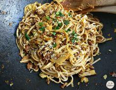 Wok de nouilles asiatiques aux petits légumes et protéines de soja texturées