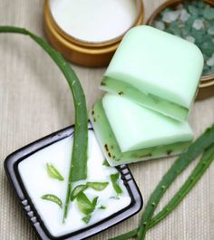 Whether it is soothing a sunburn or acne, aloe vera gel has got your back. It is omnipresent in the beauty closet of women across the world. Here's how you make your aloe vera soap with natural ingredients. Aloe Vera For Hair, Aloe Vera Gel, Aloe Vera Barbadensis Miller, Aloe Vera Maske, Natural Kitchen, Soap Making Supplies, Homemade Soap Recipes, Tips Belleza, Home Made Soap