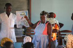 Céline is de drijvende kracht achter de bijeenkomsten van de vrouwen uit Beterou op donderdag. Zij vindt het heel belangrijk dat de vrouwen in het dorp hun leven in eigen hand nemen. Ze geeft zelf het goede voorbeeld en is een gerespecteerd persoon in haar gemeenschap.   Foto: Anneke Verbraeken — in Benin.