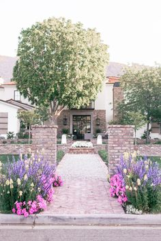 Where can the most beautiful homes and the best attractions be found in Phoenix, Arizona? The charming Arcadia neighborhood! Packed with the the most unique farmhouse, cottage, ranch, craftsman & Spanish style dream homes, flower-lined walkways & colorful front doors, this cozy slice of Phoenix, with lush, country inspired gardens & rustic meets modern exteriors & interiors, will completely reshape the way you think of desert living! #countrycottage #modernfarmhouse#dreamhomes Unique House Design, Dream Home Design, Arcadia Phoenix, Phoenix Arizona, Country Girl Problems, Contemporary Home Decor, Modern Exterior, Spanish Style, Dream Decor